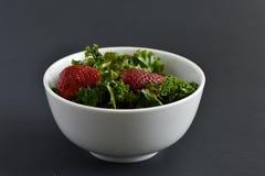 Salada da morango da couve fotografia de stock royalty free