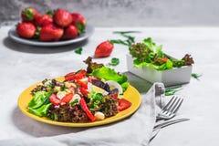 Salada da morango, queijo Salada em uma placa amarela imagem de stock