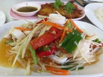 A salada da papaia é popular em Tailândia fotografia de stock