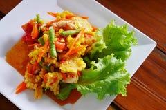 Salada da papaia do milho com o ovo salgado na placa branca Foto de Stock Royalty Free