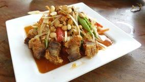 Salada da papaia e carne de porco friável em Tailândia Imagem de Stock