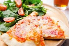 Salada da pizza e do lado imagens de stock royalty free
