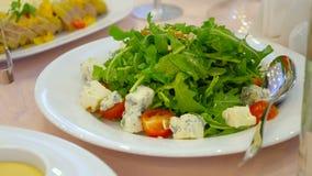 Salada da rúcula com tomates e queijo de cereja video estoque