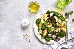 Salada da raiz da beterraba do outono com queijo azul, maçã, espinafres e walnu Fotos de Stock Royalty Free