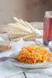 Salada da raiz da cenoura e de aipo na placa pequena no tabl de madeira branco Imagem de Stock Royalty Free