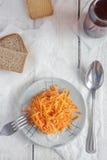 Salada da raiz da cenoura e de aipo na placa pequena no tabl de madeira branco Foto de Stock