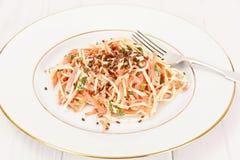 Salada da raiz ou o rabanete de aipo, a cenoura e o iogurte natural Fotografia de Stock Royalty Free