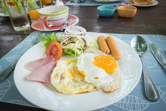 Salada da salsicha da omeleta Fotografia de Stock