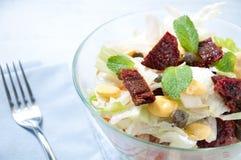 a salada da Sete-camada com ovo, atum, secou tomates Imagens de Stock Royalty Free