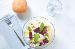 a salada da Sete-camada com ovo, atum, secou tomates Imagem de Stock Royalty Free
