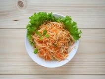 Salada da vitamina com raiz da maçã, da cenoura e de aipo Imagens de Stock Royalty Free