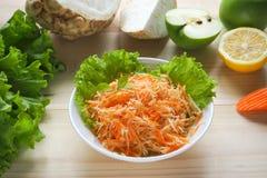 Salada da vitamina com raiz da maçã, da cenoura e de aipo Fotos de Stock Royalty Free