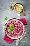 Salada das beterrabas com galinha e noz em uma bacia cerâmica Fotos de Stock Royalty Free