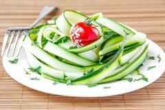 Salada das fitas, do tomate e da salsa do abobrinha imagem de stock
