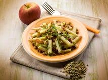 Salada das lentilhas com maçã da fatia fotografia de stock royalty free