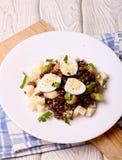 Salada das lentilhas com maçã e ovo em uma placa branca Foto de Stock