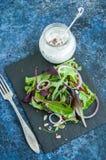 Salada das sementes de sésamo do linho da abóbora da cebola vermelha das ervas da mola com spic fotografia de stock royalty free
