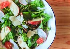 Salada de Apple em um prato branco Fotografia de Stock Royalty Free