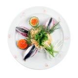 Salada de arenques em uma placa (fundo branco) Foto de Stock