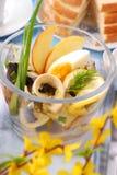 Salada de arenques na bacia de vidro para easter Fotografia de Stock Royalty Free