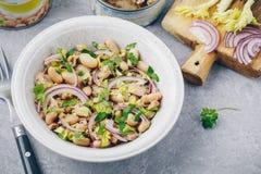 Salada de atum com aipo, os feijões brancos, a cebola vermelha e a salsa Imagens de Stock Royalty Free