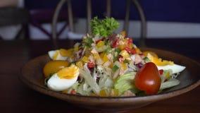 Salada de atum com ovo e vegetais filme