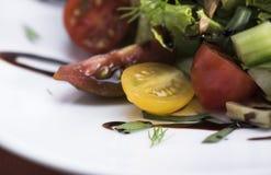 A salada de atum com tomates de cereja 11close levanta o tiro Foto de Stock