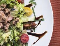 A salada de atum com tomates de cereja 13close levanta o tiro Foto de Stock Royalty Free