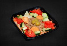 Salada de atum em uma caixa plástica foto de stock