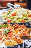 Salada de Bruschetta e de Caesar Fotografia de Stock