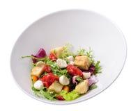 A salada de Burrata com beringela e o tomate bloqueiam, isolado Fotos de Stock Royalty Free