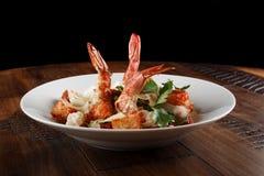 Salada de Caesar com camarões do rei Fotos de Stock Royalty Free