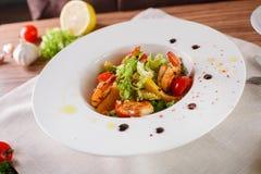 Salada de Caesar com camarões e folhas do iceberg Imagens de Stock Royalty Free