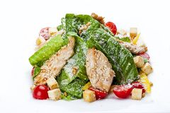 Salada de Caesar com galinha em uma placa branca imagem de stock