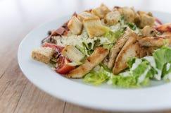 Salada de Caesar com a galinha na tabela de madeira Fotos de Stock
