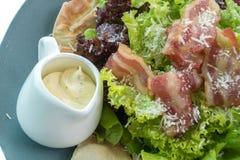 Salada de caesar com molho no copo Fotos de Stock