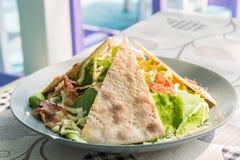 Salada de caesar com pão da pizza Imagens de Stock Royalty Free