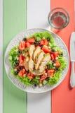 Salada de Caesar saboroso com tomates, pepino e galinha foto de stock royalty free