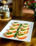 Salada de Caprese em uma tabela de madeira foto de stock royalty free