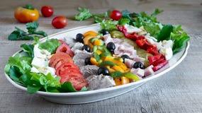 Salada de Cobb na tabela em uma bandeja fotos de stock