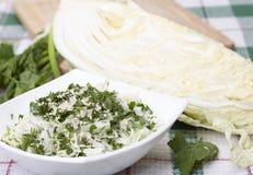 Salada de couve fácil com sementes de sésamo. Foto de Stock