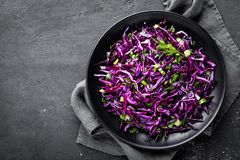 Salada de couve vermelha com a cebola verde e aneto frescos Prato de vegetariano Foto de Stock