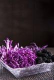 Salada de couve vermelha na bacia de madeira com forquilha Fotos de Stock