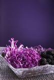 Salada de couve vermelha na bacia de madeira com forquilha Fotos de Stock Royalty Free