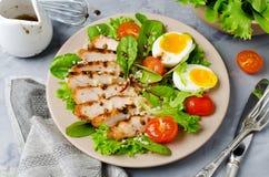 Salada de frango com hortaliças e tomates de cereja foto de stock