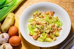 Salada de frango em um prato de porcelana branco fotos de stock royalty free