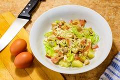 Salada de frango em um prato de porcelana branco fotos de stock