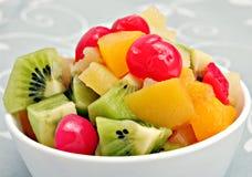 Salada de fruta em uma bacia imagem de stock
