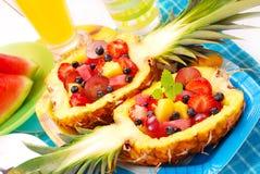 Salada de frutas no abacaxi Imagem de Stock