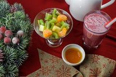 Salada de fruto com suco da baga fotos de stock royalty free